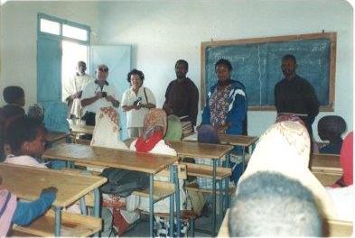 Isabella e Giancarlo visitano gli alunni di una scuola