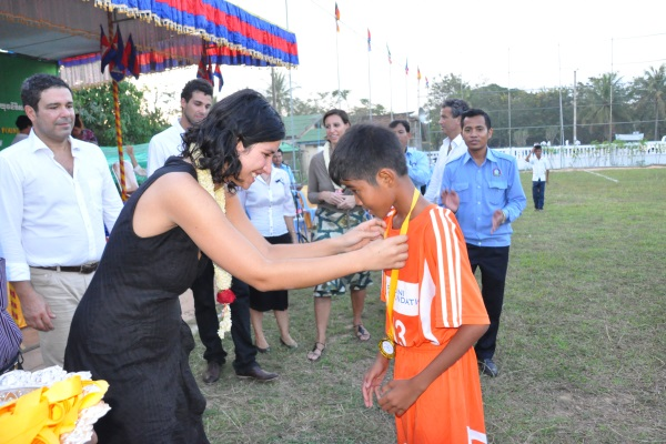 Sophia Podini Prämiert Einen Kambodschanischen Jungen