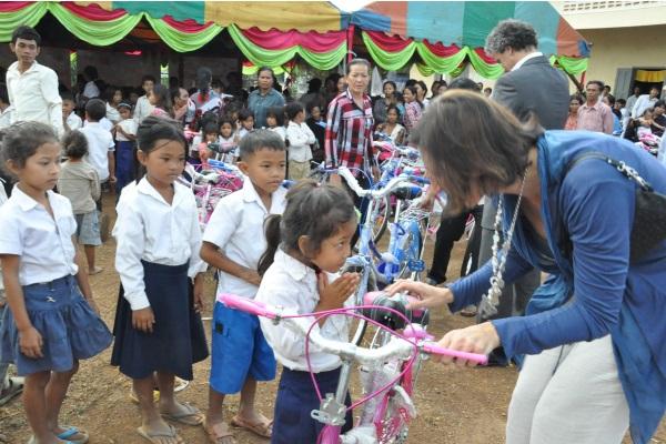 L Utilizzo Della Bici Per Mette Di Raggiungere La Scuola Evitando I Terreni Ancora Infestati Di Mine