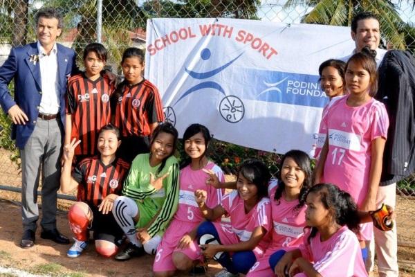 Giovanni Und Stefano Podini Zusammen Mit Der Frauenfußballmannschaft Mit Sportbekleidung