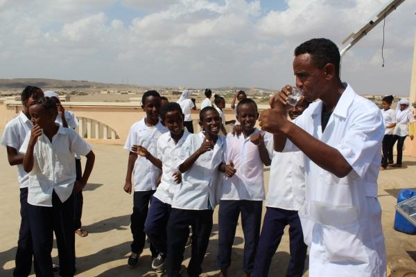 L'insegnante Eritreo Beve L'acqua E Con Il Pollice Alzato Conferma La Bontà