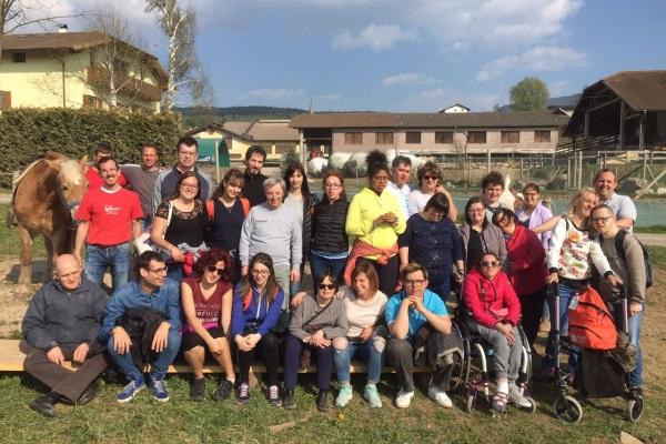 Foto Di Gruppo In Montagna Della Studentessa Vincitrice Insieme Ai Ragazzi E Accompagnatori Dell Associazione Aias