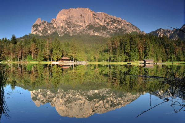 Der Völser Weiher umgeben von den schönen Bergen