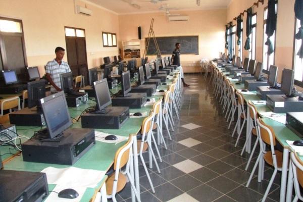 I Tecnici Finiscono Di Allestire L'aula Di Informatica
