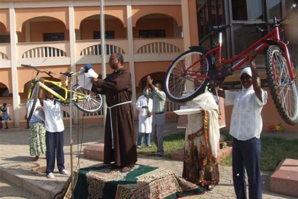 Studenti Alzano Al Cielo Le Biciclette Appena Ricevute