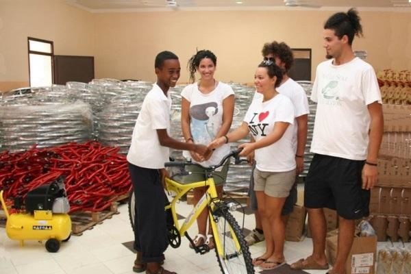 Anna, Max, Sophie Und Mattia Podini Liefern Das Fahrrad An Einen Eritreischen Studenten