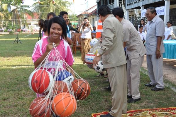 Una Ragazza Riceve Una Sacca Di Palloni