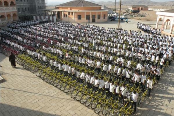 Il Cortile Della Scuola Pieno Di Biciclette In Attesa Della Consegna