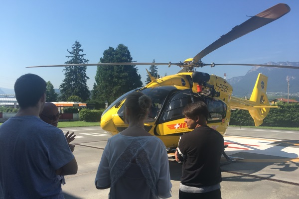 Den Drei Studenten Wurde Der Pelikan-Helikopter Gezeigt, Der Für Die Helikopterrettung Verwendet Wird