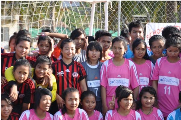 Foto Di Gruppo Di Una Squadra Sportiva Con La Divisa Della Podini Foundation
