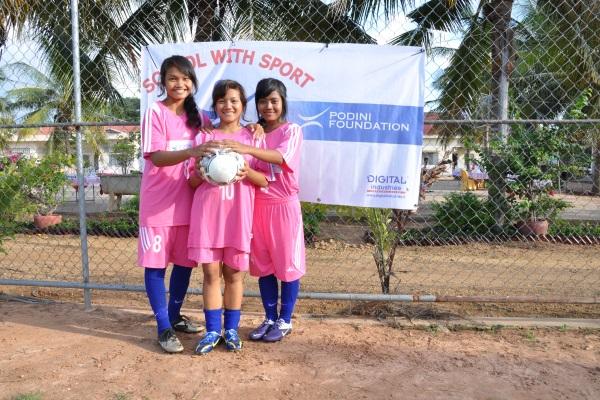Ragazze Cambogiane Con La Divisa Da Calcio