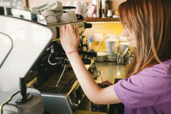 Una Ragazza Viene Integrata Nel Mondo Del Lavoro E Impara Il Mestiere Del Barista