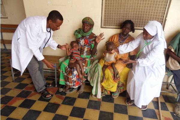 Un Medico Assistito Da Una Infermiera Visitano La Mamma Con Il Suo Bambino
