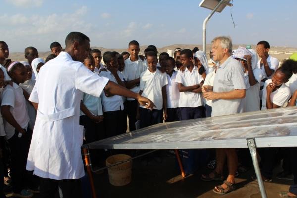 Un Insegnante Eritreo Spiega Agli Studenti Il Funzionamento Del Solar Still